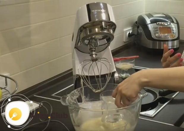 Вводим в тесто стакан кипятка, а также растительное масло.