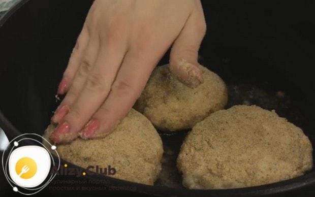 Выкладываем заготовки на сковороду, хотя готовить мясные зразы с яйцом можно и в духовке.