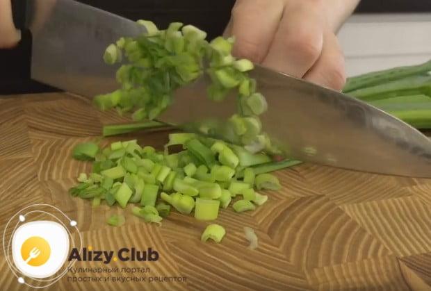Готовить будем зразы с яйцом и луком, поэтому мелко рубим зеленый лучок.