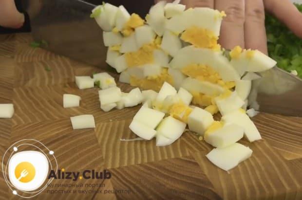 Отваренные вкрутую яйца чистим и тоже мелко нарезаем.
