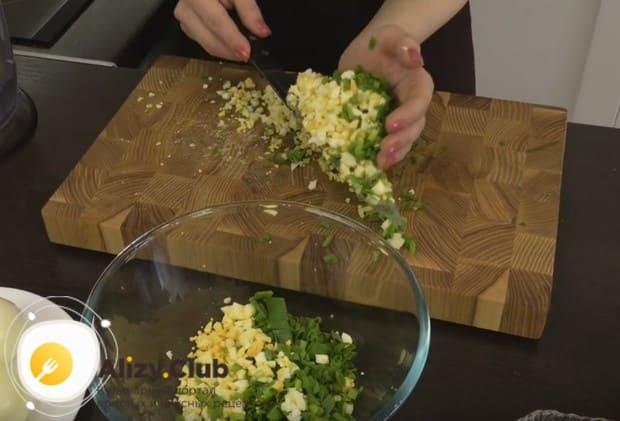 Соединяем компоненты начинки в миске.