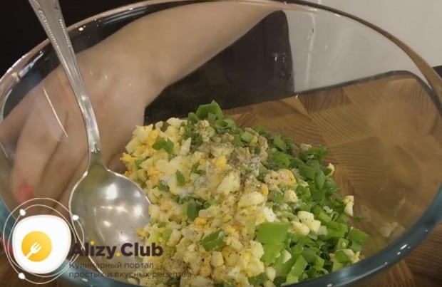 Солим, перчим и перемешиваем начинку для мясных зраз с яйцом и луком.