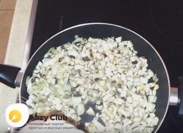 Мелко нарезанные грибы выкладываем на разогретую сковородку с растительным маслом.