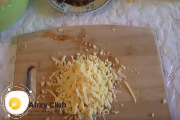 Натираем на крупной терке твердый сыр.
