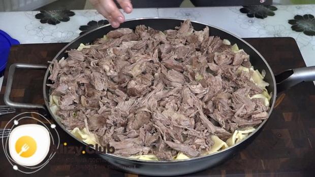 Для приготовления бешбармака выложите готовые ингредиенты на блюдо.