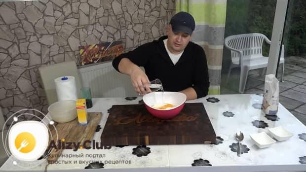 Для приготовления бешбармака приготовьте тесто.