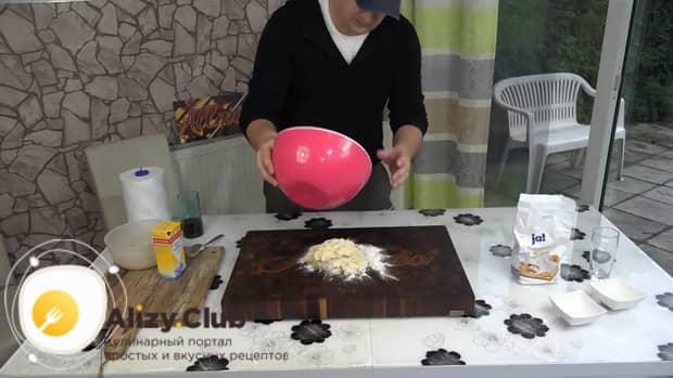 Для приготовления бешбармака замесите тесто.