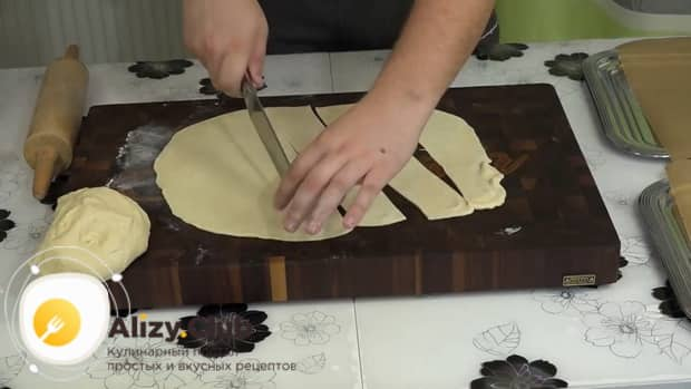 Для приготовления бешбармака нарежьте тесто.