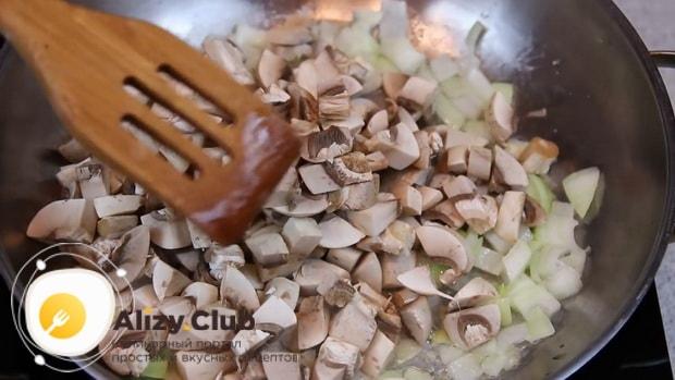 Для приготовления биточков из фарша обжарьте лук и грибы.