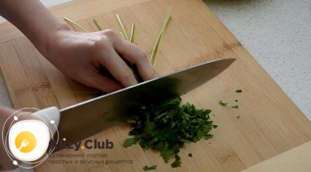 Для приготовления блинов из кабачков. нарежьте зелень.