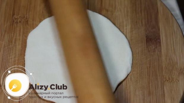 Для приготовления булочек для хот-догов, раскатайте тесто.