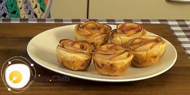 Вкуснейшие булочки с яблоками готовы.