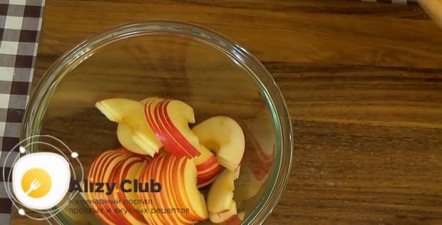 Для приготовления булочек из слоеного теста с яблоками подготовьте все ингредиенты.