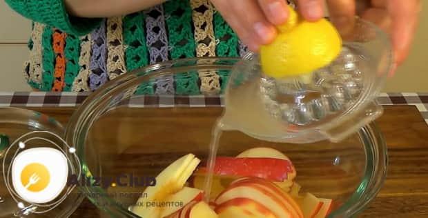 Для приготовления булочек из слоеного теста с яблоками залейте яблоки лимонным соком.