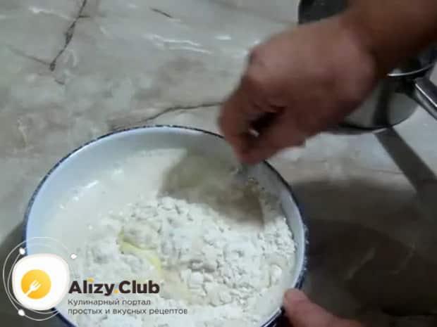 Для приготовления яблочных булочек просейте муку.