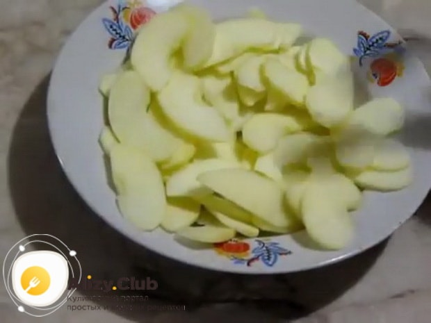 Для приготовления яблочных булочек подготовьте яблоки.