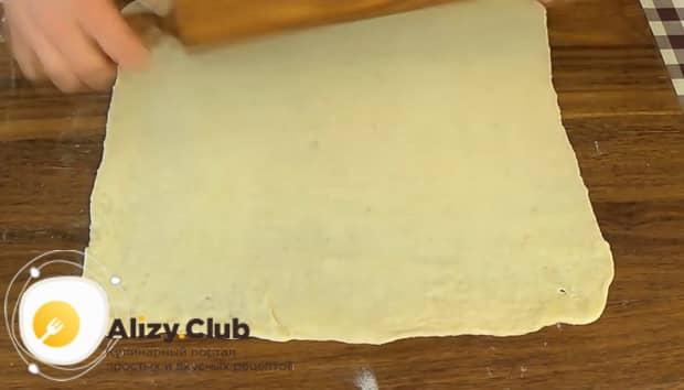 Для приготовления булочек из слоеного теста с яблоками раскатайте тесто.