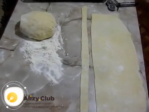 Для приготовления яблочных булочек раскатайте тесто.
