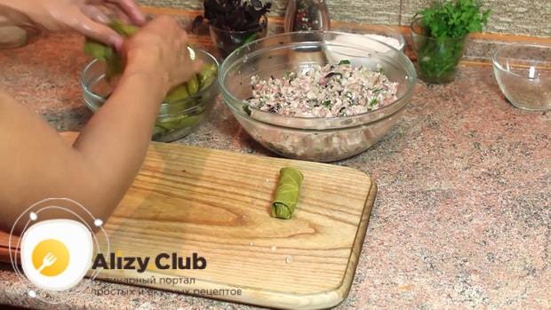 По рецепту, для приготовления долмы в виноградных листьях, подготовьте листья.