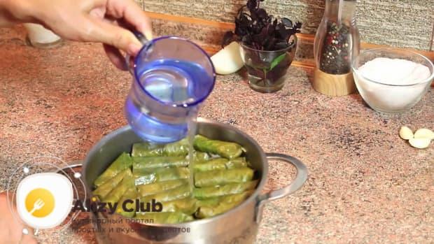 По рецепту, для приготовления долмы в виноградных листьях, длбавьте воду в кастрюлю