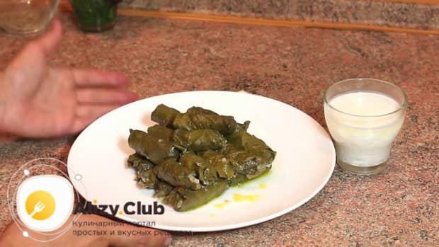 Вкусная долма из свежих виноградных листьев по простому рецепту готова.