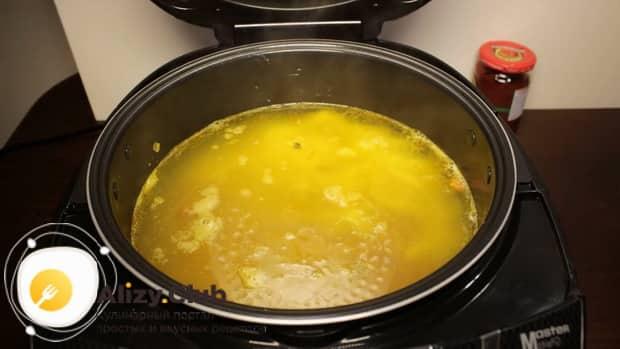 Добавляем воду.для приготовления фасолевого супа в мультиварке