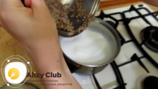 Перекладываем отваренную гречку в кипящее молоко