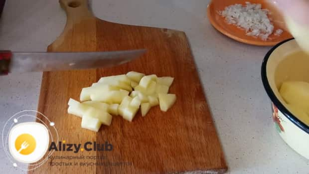 Перед тем как приготовить грибной суп из замороженных шампиньонов, нарежьте картофель.