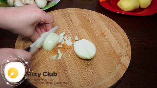 Для приготовления грибного супа в мультиварке нарежьте лук.
