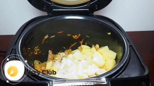 Для приготовления грибного супа в мультиварке выставьте нужный режим.