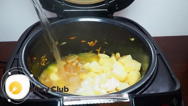 Для приготовления грибного супа в мультиварке добавьте воды.