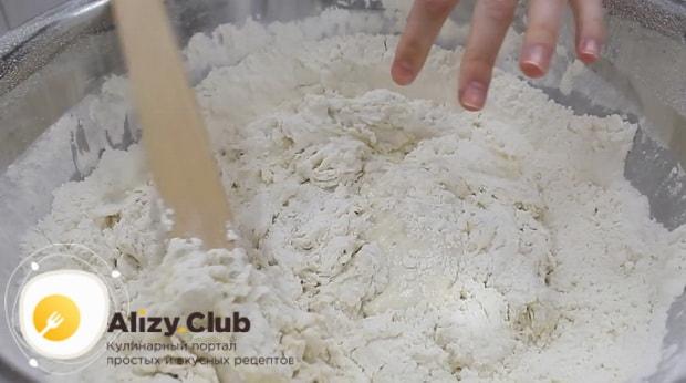Для приготовления теста для хачапури по аджарски, смешайте ингредиенты.