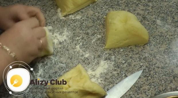 Для приготовления хачапури по имеретински, разделите тесто на куски.