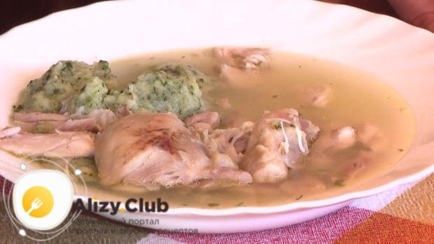 как подавать куриный суп с клёцками