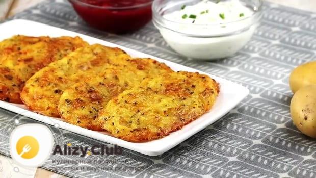 как подавать запеченные картофельные драники с сыром