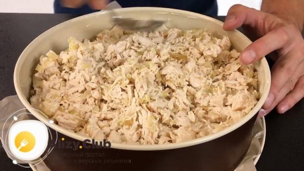 Для приготовления картофельной запеканки с курицей выложите ингредиенты слоями.