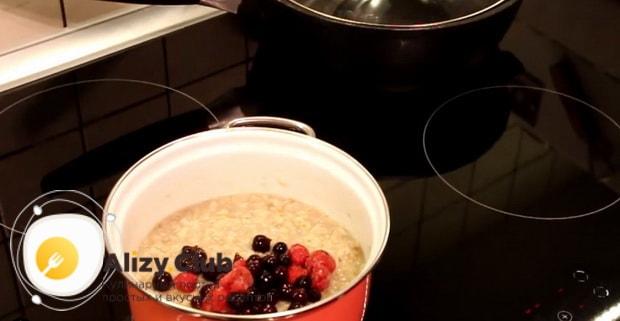 Для приготовляя каши геркулес на воде, смешайте ингредиенты.