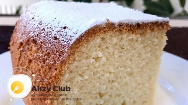 Перед подачей посыпьте пышный кекс на кефире сахарной пудрой.