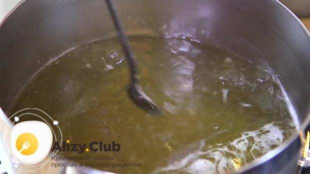 Слегка нагреваем чайную ложку в слабо кипящем бульоне