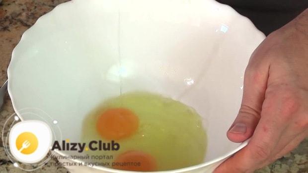 В глубокую миску разбиваем 2 яйца