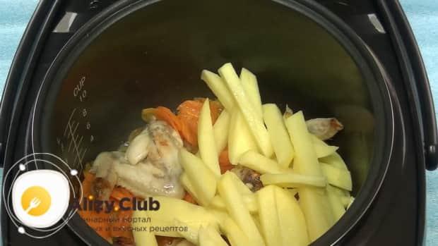 Перед тем как сварить куриный суп в мультиварке, подготовьте все ингредиенты.