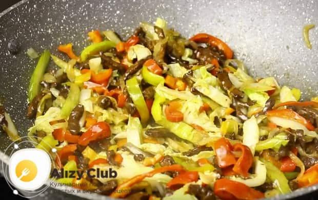 Выкладываем к имеющимся в казане ингредиентам нарезанные овощи.