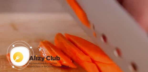 Для приготовления лагмана в мультиварке нарежьте морковь.