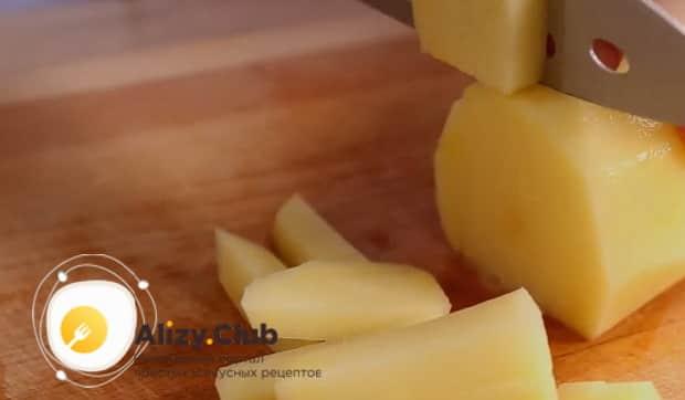 Для приготовления лагмана в мультиварке нарежьте картофель.