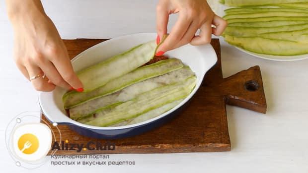 Для приготовления лазаньи из кабачков, выложите на фарш кабачки