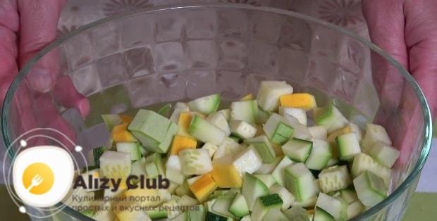 Молодой кабачок весом 450 г нарезаем небольшими кубиками