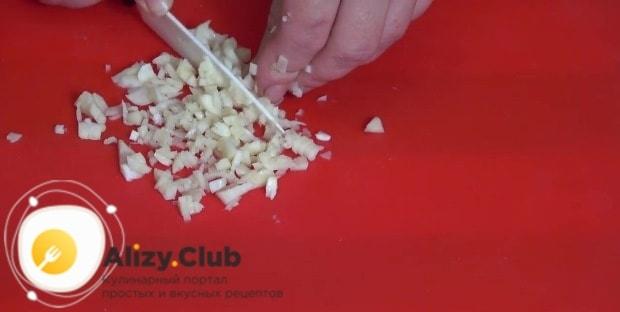 Измельчаем 3-4 зубчика чеснока