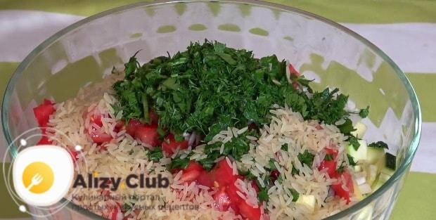 Добавляем к ингредиентам 125 г сырого риса