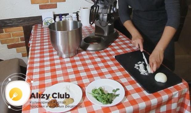 Для приготовления люля кебаб из курицы нарежьте лук.
