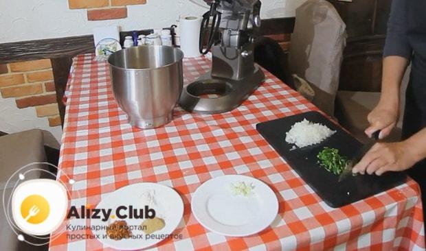 Для приготовления люля кебаб из курицы нарежьте зелень.